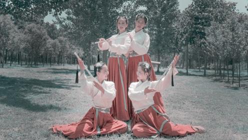 花中妙曼起舞,女子展现舞者身材