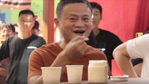马云大口吃螃蟹,谁注意到他把蟹壳扔哪里?网友:素质装不出