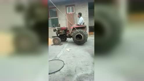 开拖拉机这样吊东西,你见过吗?