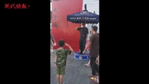 南京夫子庙人流中,6岁萌娃向公安特勤敬礼感动数万网友