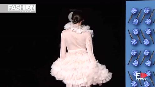 美女穿衣简单却不失美感,轻薄的粉色外衣,释放迷人的内在美!