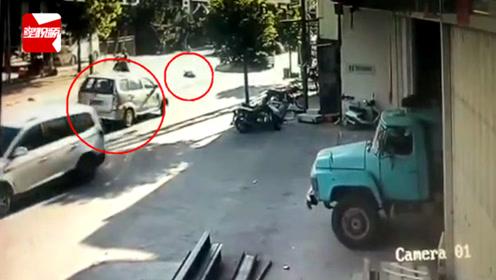 摩托车突然摔倒被面包车碾压,司机下车查看后竟倒车逃离现场