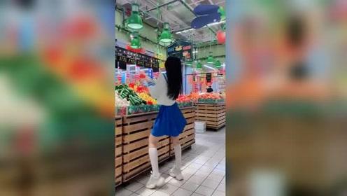 现在的萝莉太调皮了,在菜市场蹦迪!
