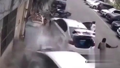惊险!公寓楼顶水泥块脱落 2车被砸路人奔逃