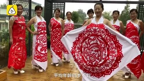成都退休教师耗时1年做剪纸服装,献礼祖国