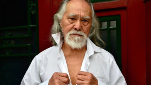 """被称为""""中国最帅老头"""",80岁还拍照片秀恩爱,座驾更有品味"""