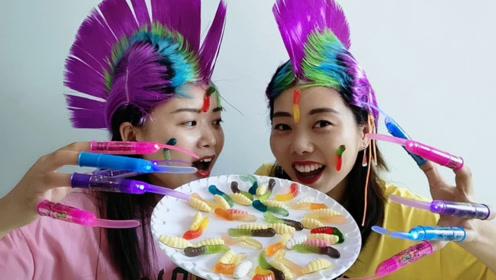 """俩闺蜜戴整蛊""""公鸡帽"""",花式吃糖跳小鸡舞,搞笑超有趣"""