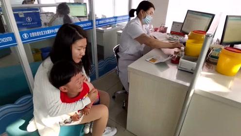 爸爸带女儿去打疫苗,刚进去还没见到医生,宝宝脸色就变了!