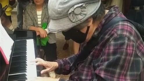 国庆表白方式:西安86岁老人弹奏《我和我的祖国》,感动全场