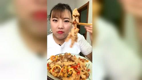 东北大姐这吃相可太香了,吃啥都能吃这么香,看她吃饭真有食欲!