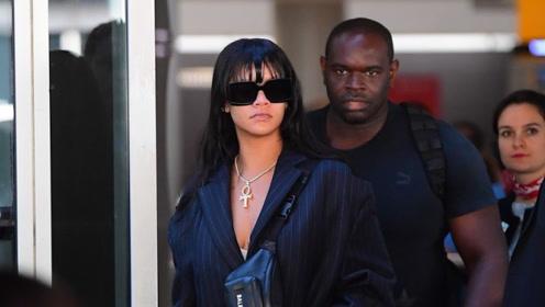 蕾哈娜身穿廓形西装+墨镜现身机场全黑造型气场两米