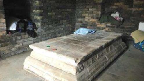 一座600年前的公主墓,却有活人居住,甚至直接睡在公主棺材上