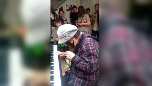 86岁老奶奶医院钢琴演奏《我和我的祖国》,惊艳全场