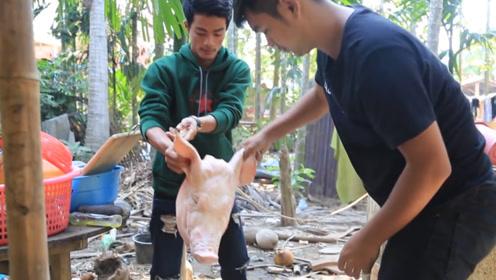 小伙子买回来15斤重的猪头,直接烤着吃,肥而不腻太过瘾