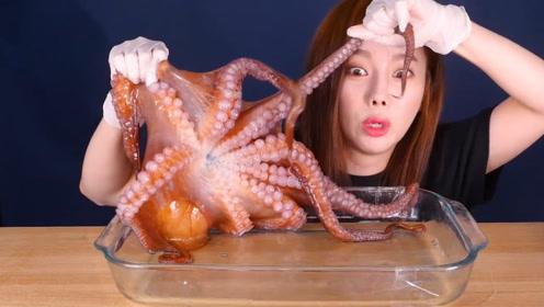 韩国美女吃大章鱼,玩的时候太害怕,煮熟后吃的停不下来