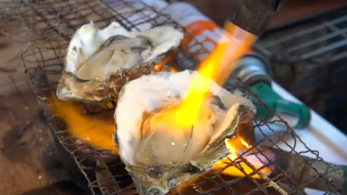 日本人真会吃,直接拿喷火枪烤生蚝,食客:这做法太粗暴了!
