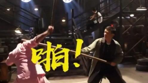 马云一棍打在吴京的脑袋上,吓得直喊对不起,吴京的反应直戳笑点