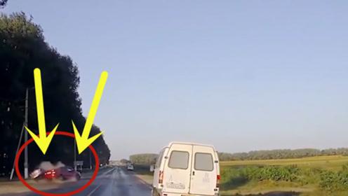 霸气女司机超车时勇闯红灯,下秒悲剧发生了,监控画面不忍直视