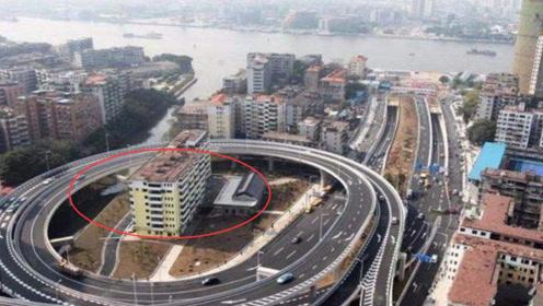 最任性钉子户,在过江大桥路口10年,养马还扩建,下场太爽!