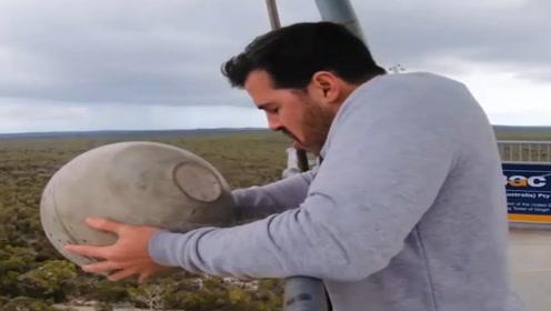 将石球从45米高处扔下,蹦床能接住吗?老外记录实验全过程