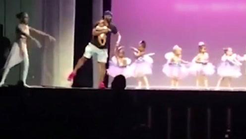 小女孩表演中胆怯大哭,爸爸冲上舞台,接下来的举动让全场欢呼
