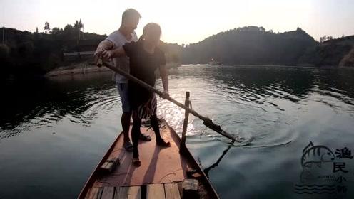 小韩带岳父岳母参观钓鱼平台,教丈母娘划船,太搞笑了