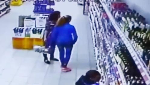 超市货物架突然倒塌,女子神操作保住小命,网友:这也太幸运了