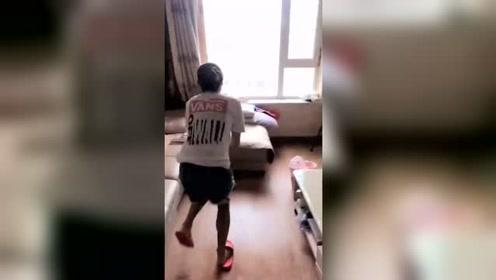 小哥哥回家就踢媳妇,哪料媳妇竟不生气,还想让再踢几脚!