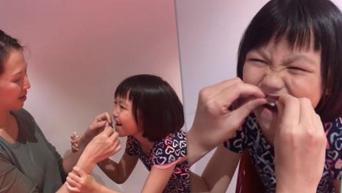 蔡少芬徒手为女儿拔牙 成功后母女同比耶画面温馨
