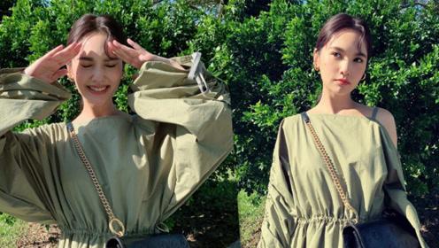 杨丞琳穿军绿长裙半露香肩 阳光下惬意漫步甜笑似少女