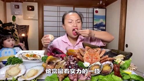 泰国吃播大妈太土豪,鲍鱼帝王蟹随便吃,网友:向往的生活
