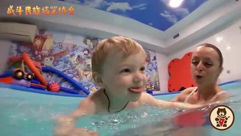 外国妈妈带着自家萌娃学游泳 这样的生活令人羡慕