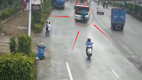 惨烈!载人摩托车逆行狂飙,被连人带车撞飞20米,不是监控谁敢信?