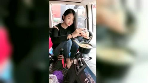 太饿了先吃饭,货车女司机朵朵的午餐,有一起吃的吗?