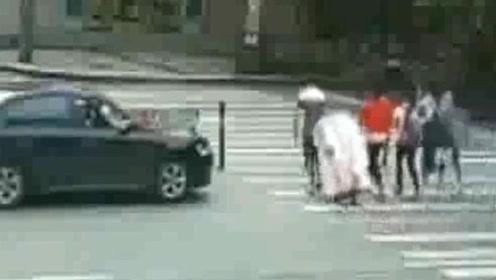 一群女学生过斑马线,黑色小车礼让行人,下一秒令人气愤!