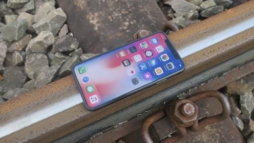 小伙听说铁轨可以为手机充电,作死尝试后哭惨了!