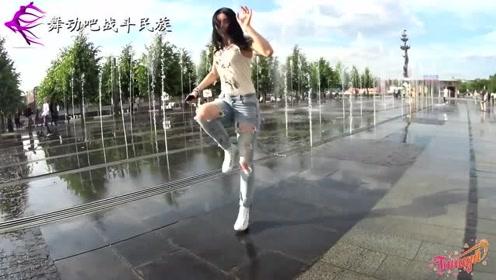 """终于见识到正宗""""太空步""""了!鬼步舞冠军的脚法真酷"""