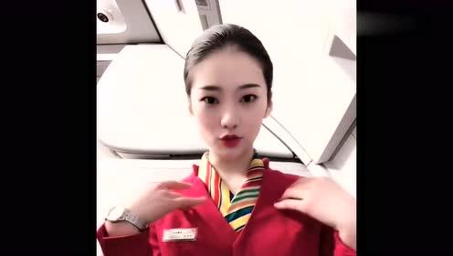 漂亮的空姐,在飞机上调皮玩自拍,网友:能娶回家就好了!