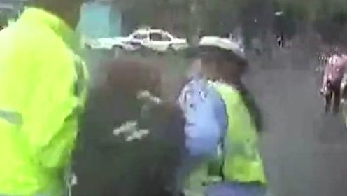 被拘5日!女司机无证驾车被查,竟用头撞警车,称:我现在就撞死