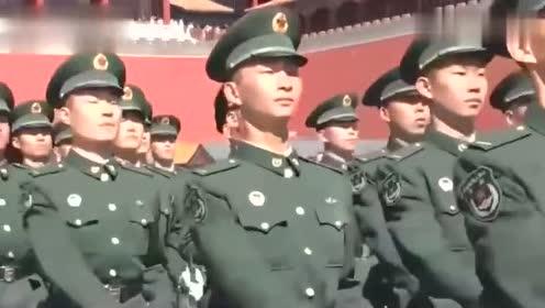 三军仪仗队手提钢枪,喊着口号,外国小姐姐都忍不住驻足观看!