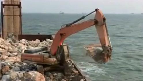 挖掘机的填海工程开始了,距离变成陆地还有很长的时间,万事开头难!