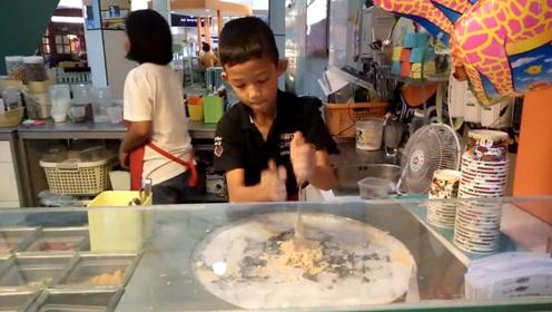 国外9岁小孩卖小吃火了,6块1份抢着买,排队半小时才吃上!
