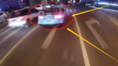 1名男子当街驾驶摩托车与跑车飙车,竟因为想红?交警:我帮你!