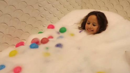 萌娃小可爱这是在玩什么呢?满身的泡泡和彩球,好玩吗?