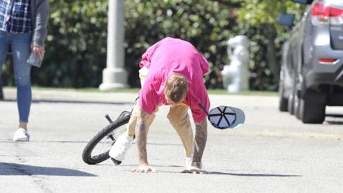 比伯街头玩独轮车童心满满 耍帅翻车不慎摔倒姿势搞笑