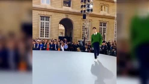 陈飞宇首次登巴黎T台走秀,大步流星被网友调侃像是地主家傻儿子