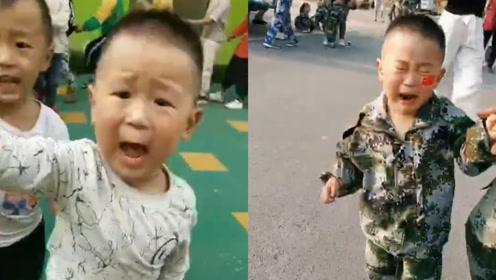 男童单手插兜喊口号爆火后,被围观叔叔阿姨吓哭
