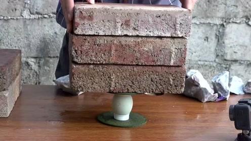 疯狂实验:用砖头压鸡蛋,看看鸡蛋能扛住几块砖头