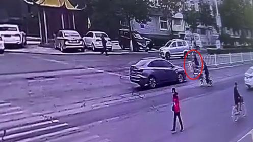 监拍惊险一幕:骑电车横穿马路被撞飞身亡 不远处就是斑马线