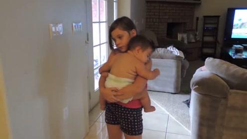小姐姐哄妹妹,抱着小胖墩熟练哄入睡,画面简直暖化了